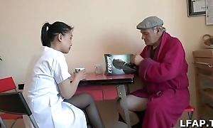 Papy Voyeur se fait sucer par sprog aide soignante