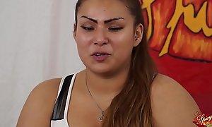 Pick a una ragazzina peruviana BBW di nome sharon. Un po di domande poi inizia a masturbarsi (parte prima). Nella seconda parte Capitano Eric le farà_ conoscere la potenza del porno