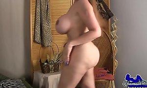 Hugetits trans beauty twerks her booty