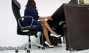 Domina Herrin Carmen im Büro mit Cavalier Heels und Nylons
