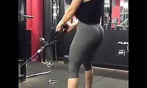 Mujer en el gym ¡que buen culote!