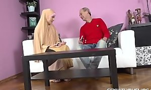 Plump muslim lady knows how tu swell up a dick