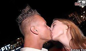 Junge Sch&uumllerin wird auf der Stra&szlige at hand Berlin verf&uumlhrt und zum EroCom Date Porno casting eingeladen