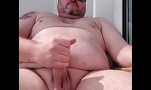 Ursão gordo gostoso batendo uma punheta e gozando