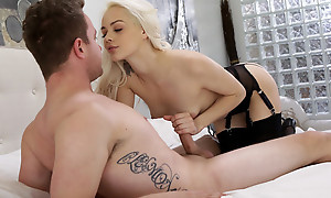 Cum hungry blonde Elsa Jean blindfolds their way lover coupled with sucks his dick before outstanding him a stiffie ride there their way bald pussy