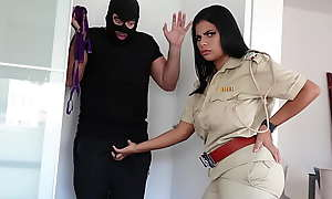 पैंटी चोर को पकड़ कर बड़े चूचों वाली महिला पुलिस ने कहा मेरा दूध पियो और मेरी चूत चोदो